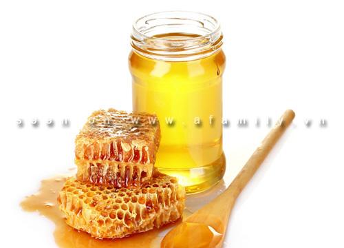 Mật ong đã được coi là một trong những thực phẩm có uy tín nhất cho sức khỏe và cả sắc đẹp. Nó cung cấp cho cơ thể người hơn 60 loại glucose, vô cơ và hữu cơ, fructose, các enzyme giá trị, protein, và 18 loại axit amin.