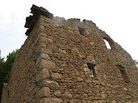 Detall de la paret de migdia de la asa del Castell de Roset