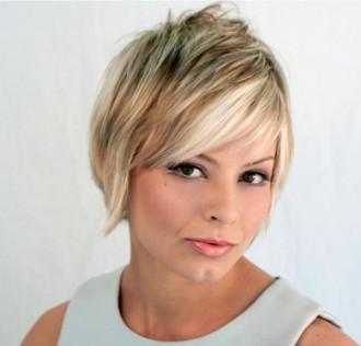 Modele coiffure cheveux courts blonds avec frange