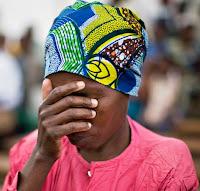 wanita kongo berdoa di gereja