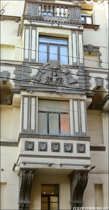 Дом похожий на замок на Петроградской стороне Петербурга