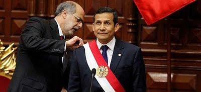 Ollanta Humala reciendo la Banda Presidencial de Daniel Abuggattás