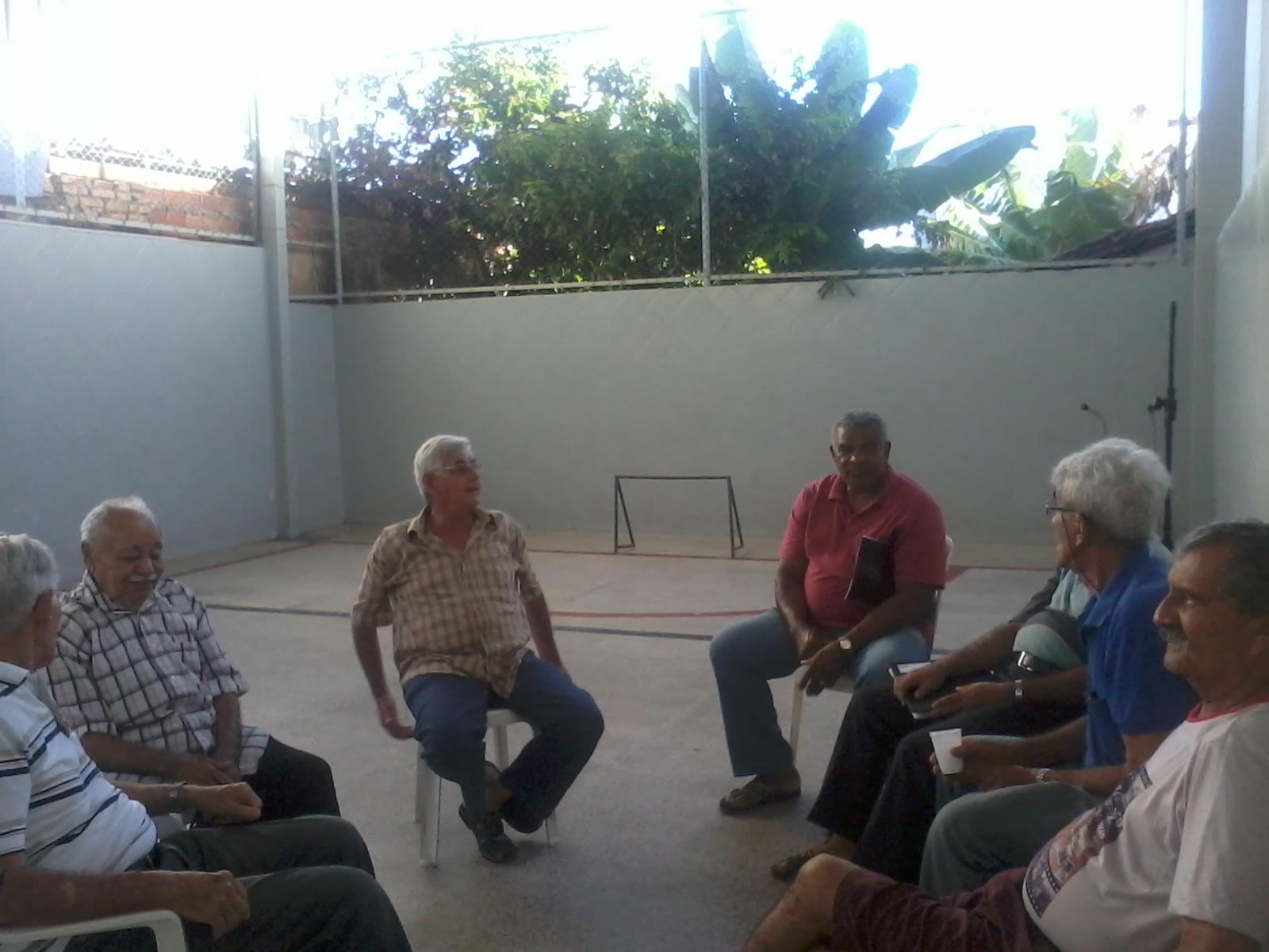 pessoas reunidas em culto