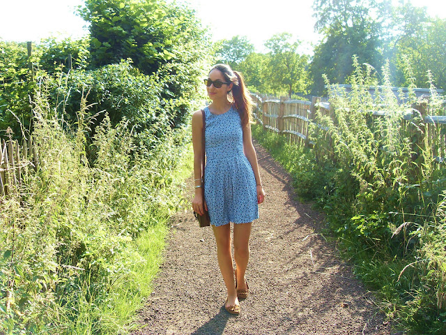 Pull&Bear birds dress (a-w 2011-12), Primark satchel bag, Primark loafers, My grandmother's vintage sunnies, Essie Really Red nailpolish, #sun, #summer, #sky, #cute, #girl, #fashion, belgium