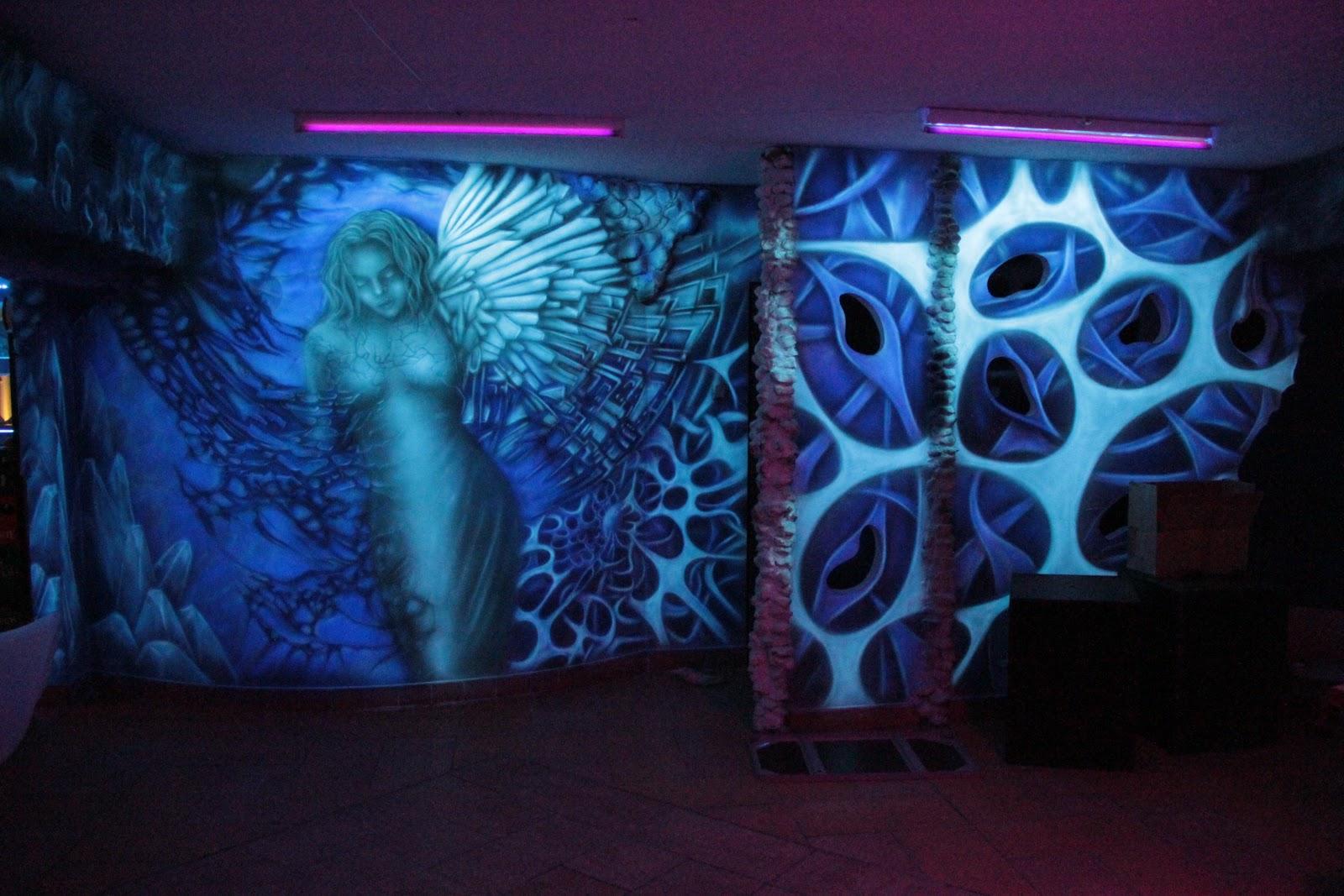 Mural biomechaniczny przedstawiający anioła namalowany na ścianie w klubie muzycznym Arctica w Płocku,