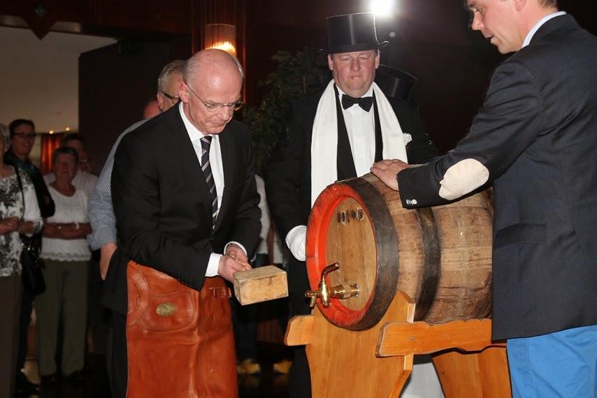Bürgerschaftspräsident Christian durfte vergangenes Jahr Weber das Freibier-Fass in der Strandlust anstechen. Foto: av