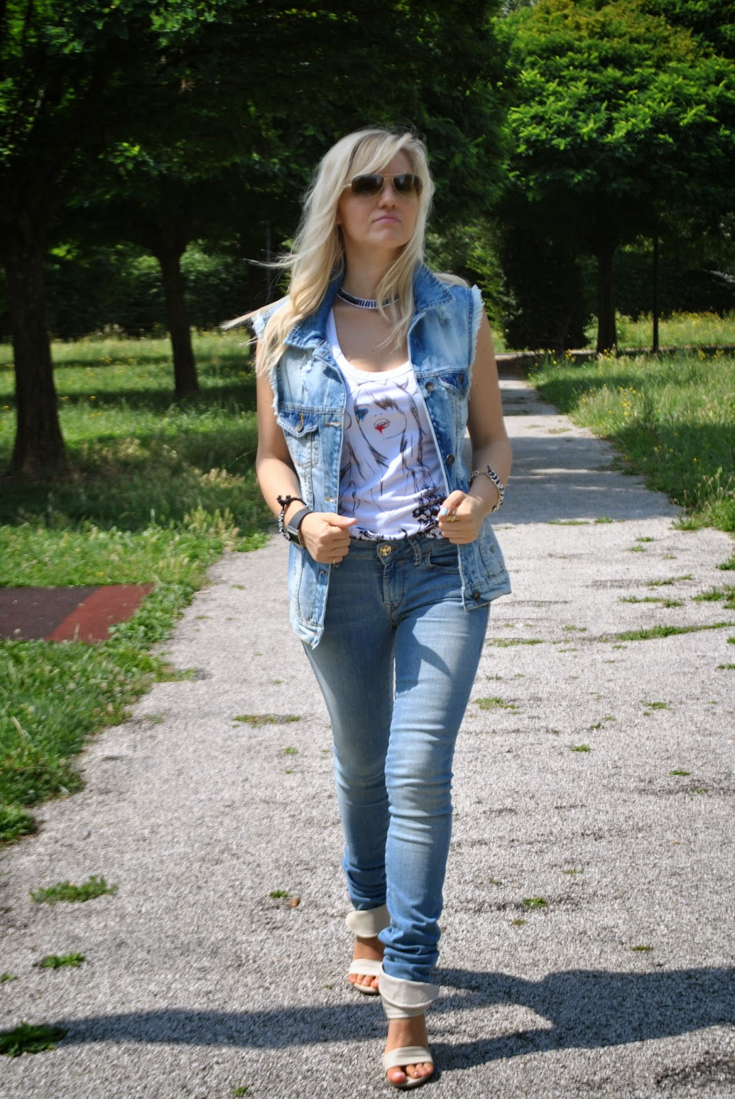 outfit in denim skinny jeans e gilet in denim destroyed maglia fornarina sandali in pelle con tacco a virgola fornarina jeans skinny botton up di fornarina orologio avatar by zoppin anelli scritta love anelli majique occhiali da sole ray ban fashion blogger italiane outfit tacchi e jeans outfit jeans e tacchi  colorblock by felym outfit di mariafelicia magno fashion blogger di colorblock by felym outfit di mariafelicia magno fashion blogger di colorblock by felym outfit giugno 2014 outfit estate 2014 outfit estivi outfit majique moda fashion ragazze bionde fashion blogger bionde