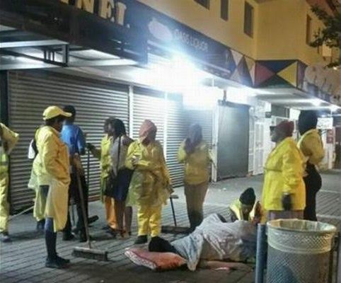 News : Street cleaners & security guards helps a woman deliver her baby on a pavement [ Photo ]