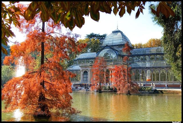 El palacio de cristal del Retiro de Madrid en Otoño