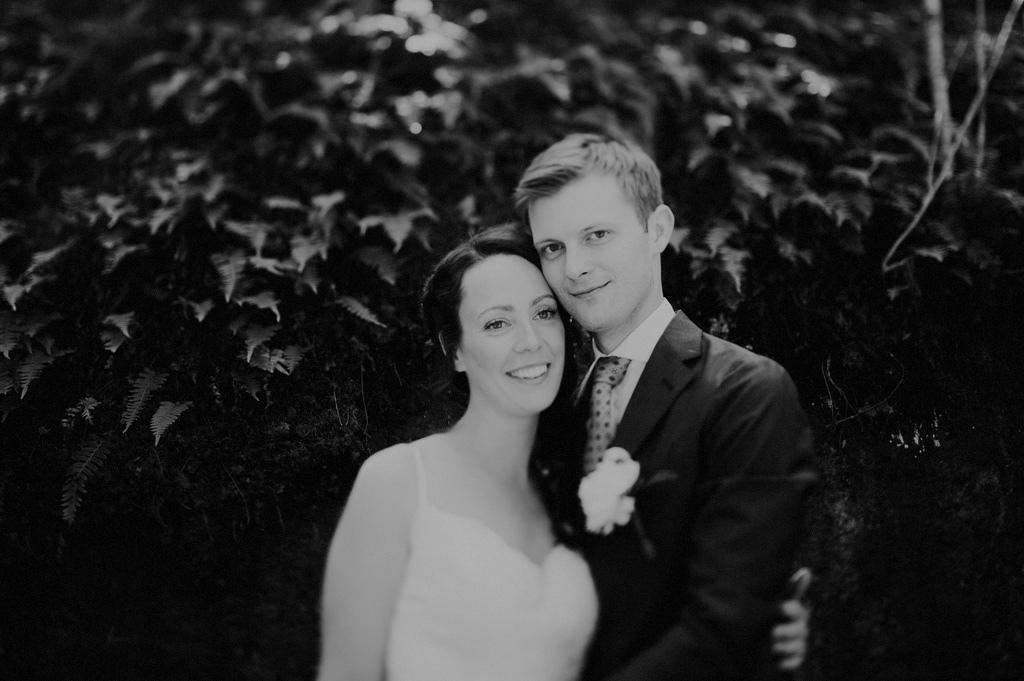 Svartvitt bröllopsfoto på Sofie och Erik