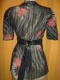 blusa estampa floral preta com faixa sem botões com brilho dourado.