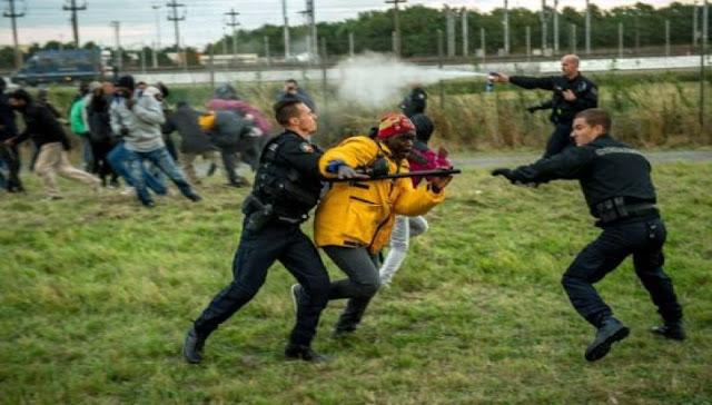 """Στην Ελλάδα, """"αφήστε τους λαθρομετανάστες να μπαίνουν κατά χιλιάδες κάθε μέρα, στην Αγγλία τα Βρετανικά ΜΜΕ: """"Στείλτε τον στρατό στο Καλαί να σταματήσει τους λαθρομετανάστες"""""""