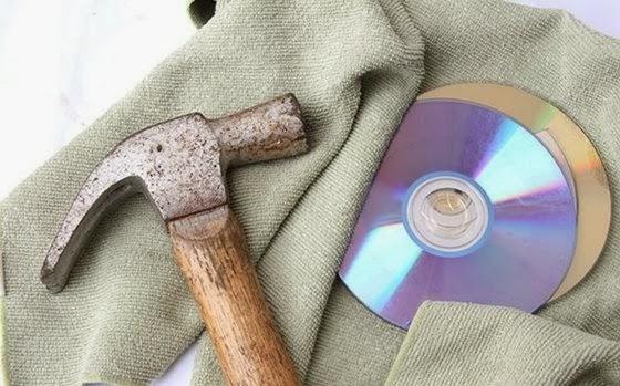 Umas das formas destruir um DVD ou CD é com um martelo - 560x349