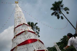 Pohon Natal terbuat dari bahan sampah daur ulang yang pernah dibuat di sebuah gereja di Malang, Jawa Timur. (ANTARA/ARI BOWO SUCIPTO)