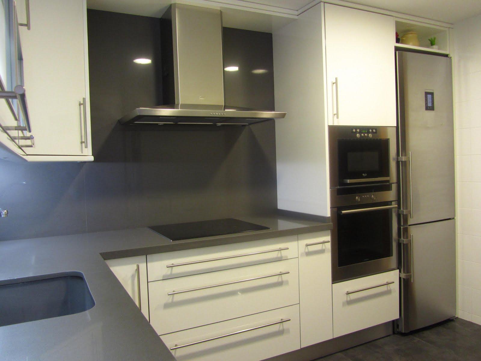 Reuscuina cocina formica blanca con silestone gris oscuro for Cocinas blancas y grises fotos