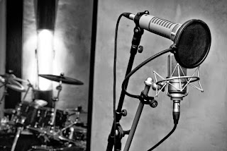 Le studio medusa prod réalise tous vos projets d'enregistrement audio : prise de son, mixage, mastering, arrangements. Salle de répétition haut de gamme toute équipée.