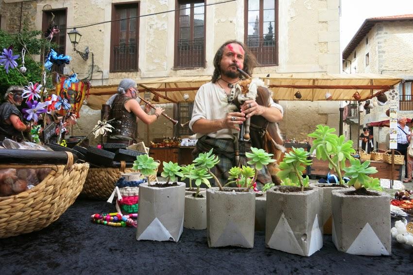 Mercado medieval de Artziniega y banderines descargables_ floreros de cemento pintados  a mano