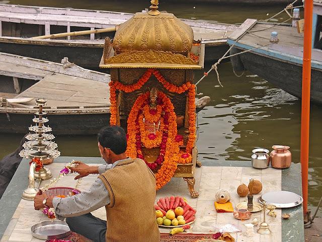 Préparation en vue de la cérémonie de la puja