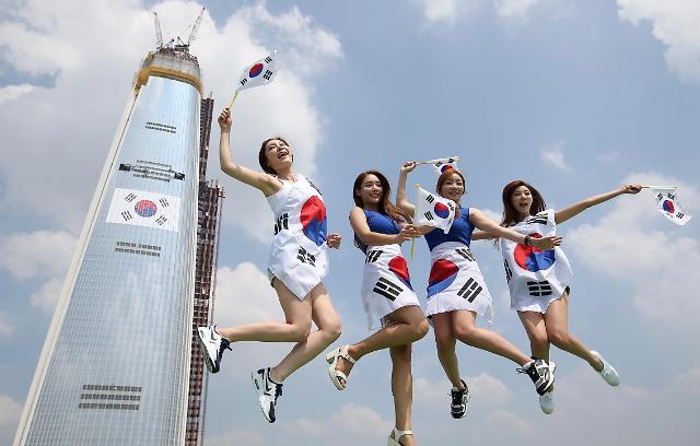 Gran bandera de Corea del Sur en la torre de Lotte en Seúl