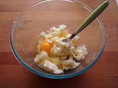 Crostata di cioccolato e more: unire l'uovo