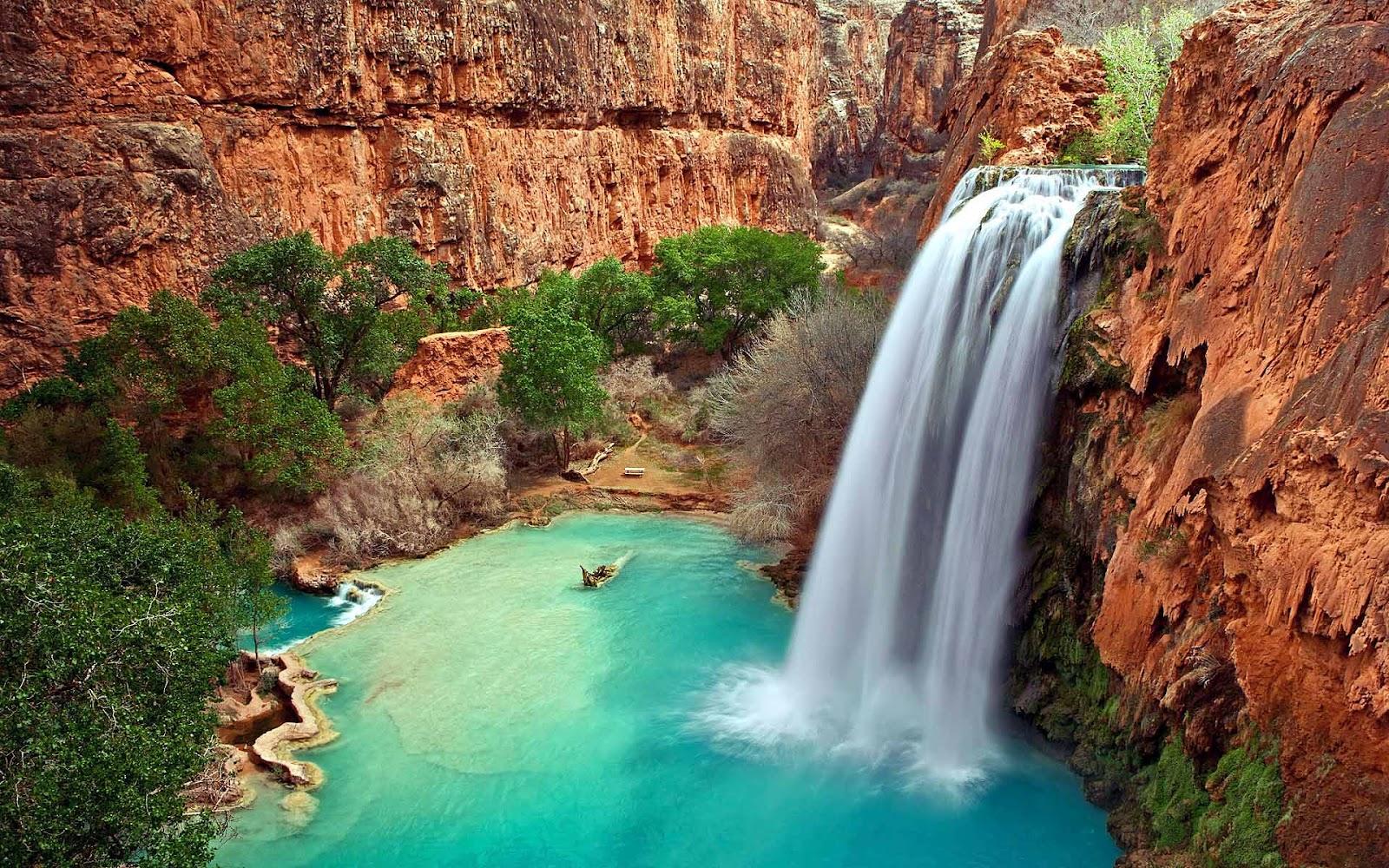 Landschap achtergrond met een waterval in de bergen en een klein meer