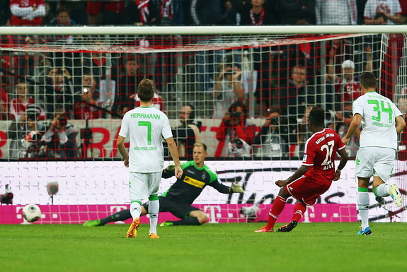 David Alaba scores with Bayern Munich's second penalty against Borussia Mönchengladbach