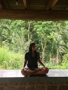 Mariana Soares é uma professora com 22 anos de prática e estudos e filiada à Aliança do Yoga