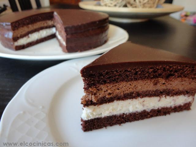 Tarta de café, nata, chocolate y crema agria