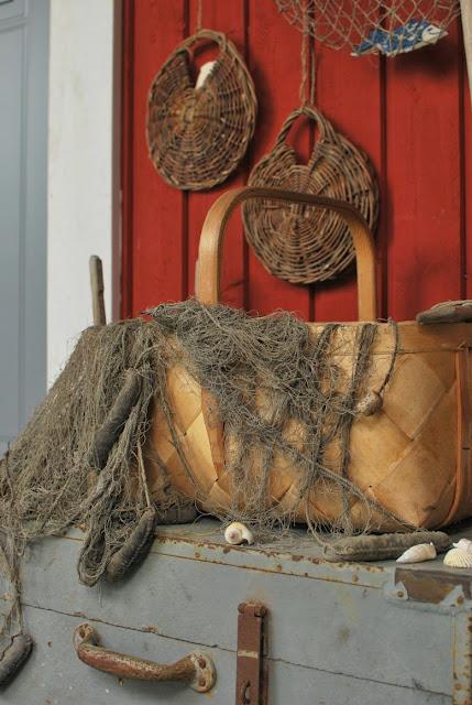 Meriaiheinen asetelma Muonamiehen mökin terassilla