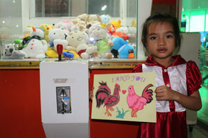 A little girl in Phan Thiết city & her sand painting