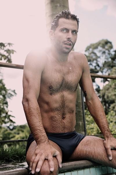Henri Castelli posou de sunga à beira de uma piscina