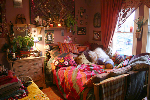 ... bedroom: Suzani, Kilim and Indian Patchwork - such a cozy room