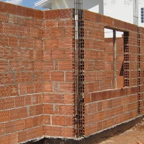 Mesmo quando as paredes não são de blocos estruturais, as portas e janelas devem contar com vergas e contra-vergas de concerto armado, ligando-se aos pilares, para evitar fissuras nos vértices de cada abertura.