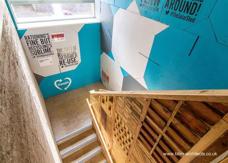 Escalera interior y materiales diversos recuperados de desechos