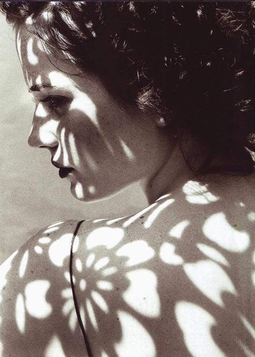 foto chica desnuda fumando:
