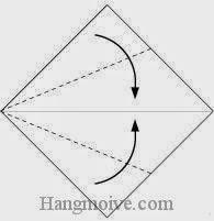 Bước 1: Gấp chéo hai cạnh giấy vào trong.