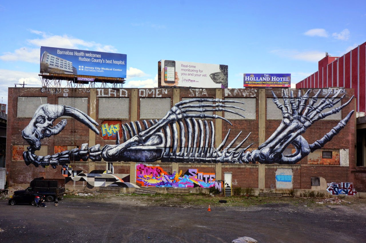 Our friend ROA is still in New York City after the successful opening of his exhibition at Jonathan Levine Gallery where he just finished working on a gigantic piece.