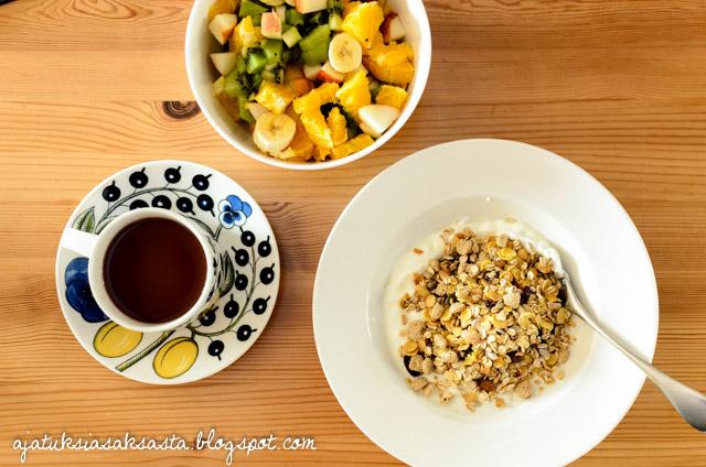 aamupala mysli hedelmäsalaatti