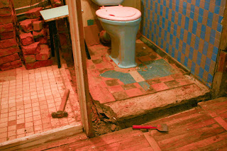 основание перегородки между ванной комнатой и туалетом