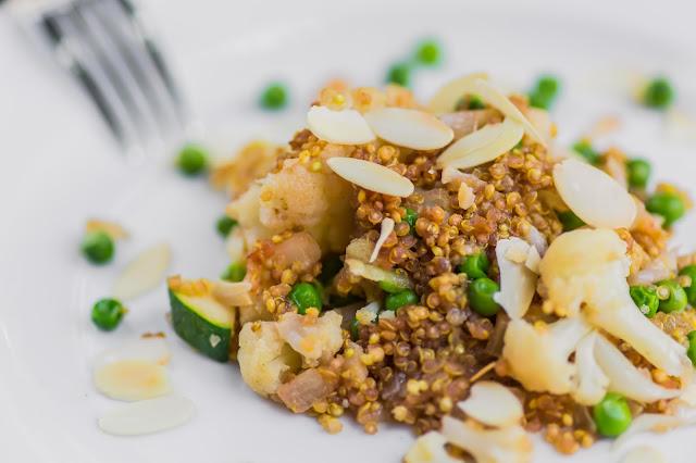 Quinoa Curry auf Teller angerichtet