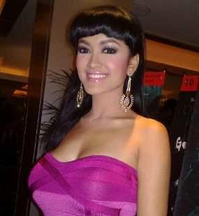 2 5 Artis Indonesia Yang Berani Tampil Seksi Dan Cantik