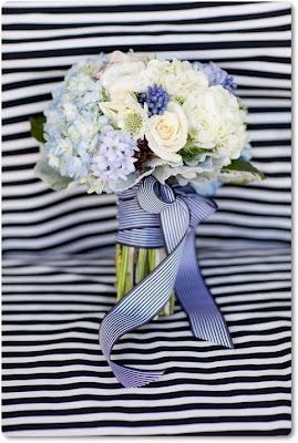 brudbukett vitt och blått