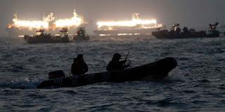 Tim SAR gabungan dari Guskamla, Polri dan Basarnas menyisir hingga radius 1 kilometer dari lokasi tenggelamnya kapal