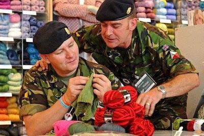 солдаты с вязанием