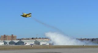 Moment del llançament dels 1.500 litres d'aigua sobre la gespa de l'Aeroport de Sabadell.