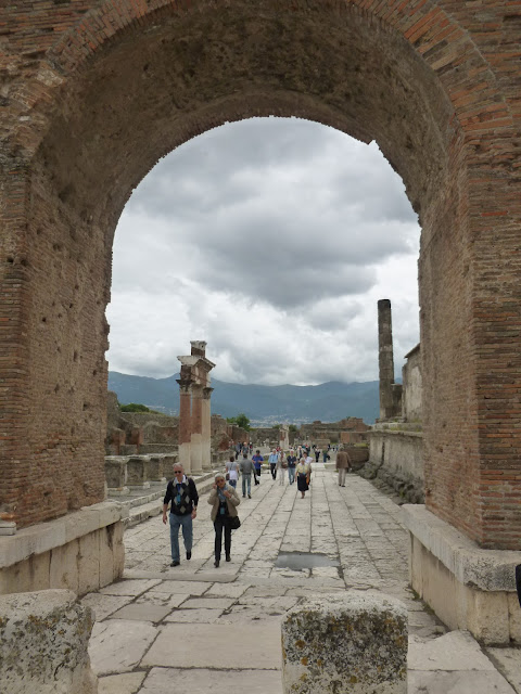 Pompeii archway near the temple of Jupiter