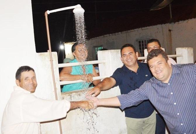 ITAPETIM: 'Prefeito Arquimedes Machado foi ao Sítio Miguel e entregou o sistema de abastecimento de água'