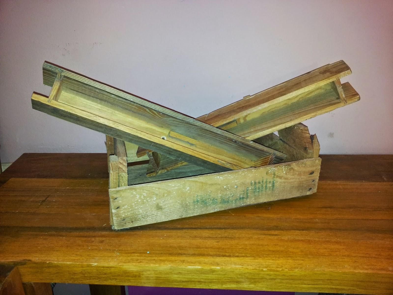 de cavaletes de pintura quebrados e um cabide de madeira #6F4410 1600x1200