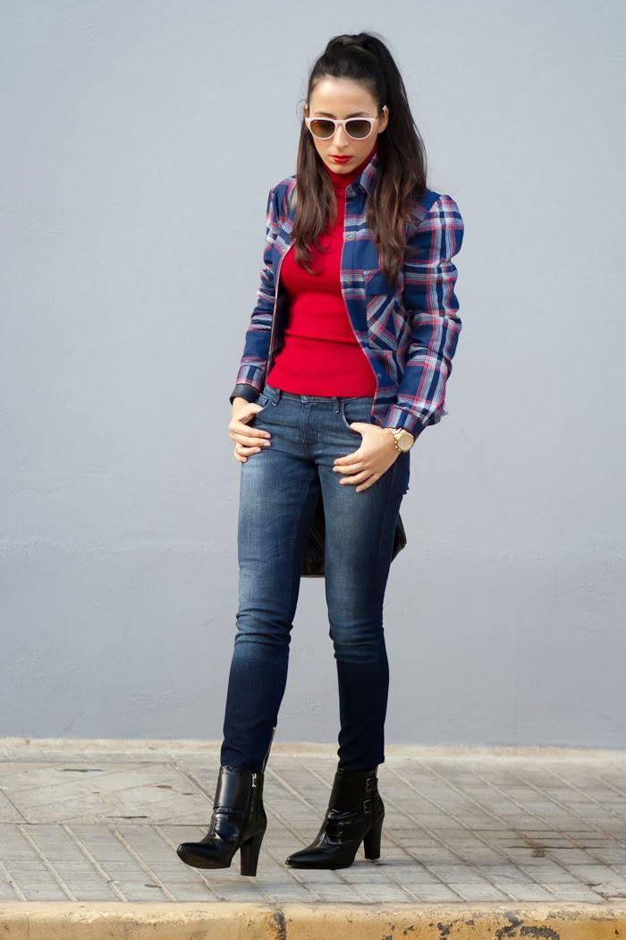 Look casual y chic con camisa de cuadros, jeans pitillo, bolso Alexa de Mulberry y botines de hebillas