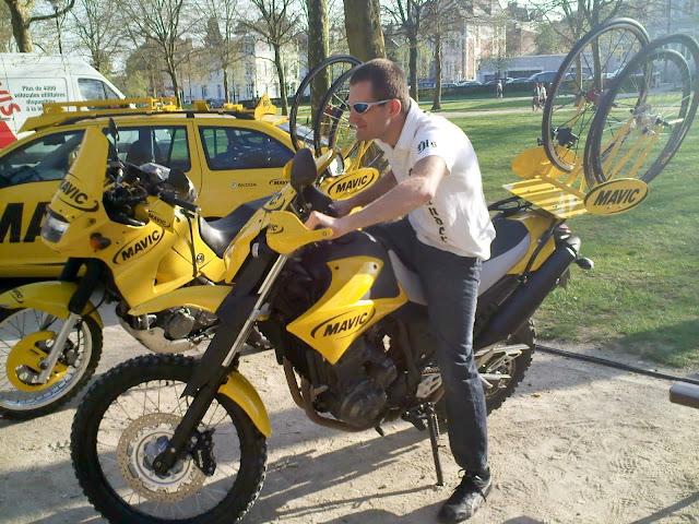 sur une moto d'assistance Mavic